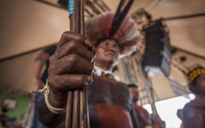 O governo federal e o estado de exceção em relação a indígenas e quilombolas.