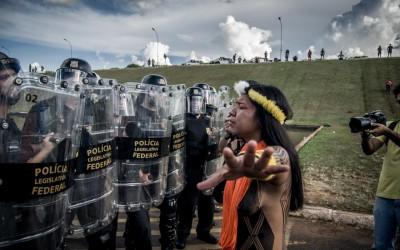 Protesto pacífico de povos indígenas é atacado pela polícia na frente do Congresso