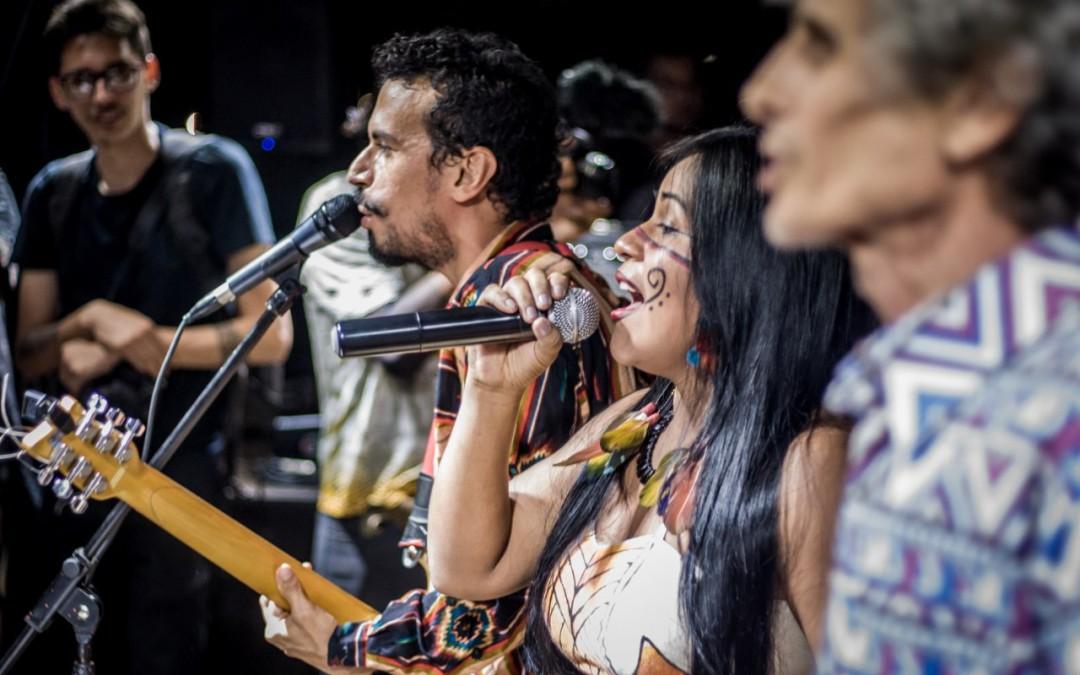 Artistas cantam música 'Demarcação Já' durante show no Acampamento Terra Livre