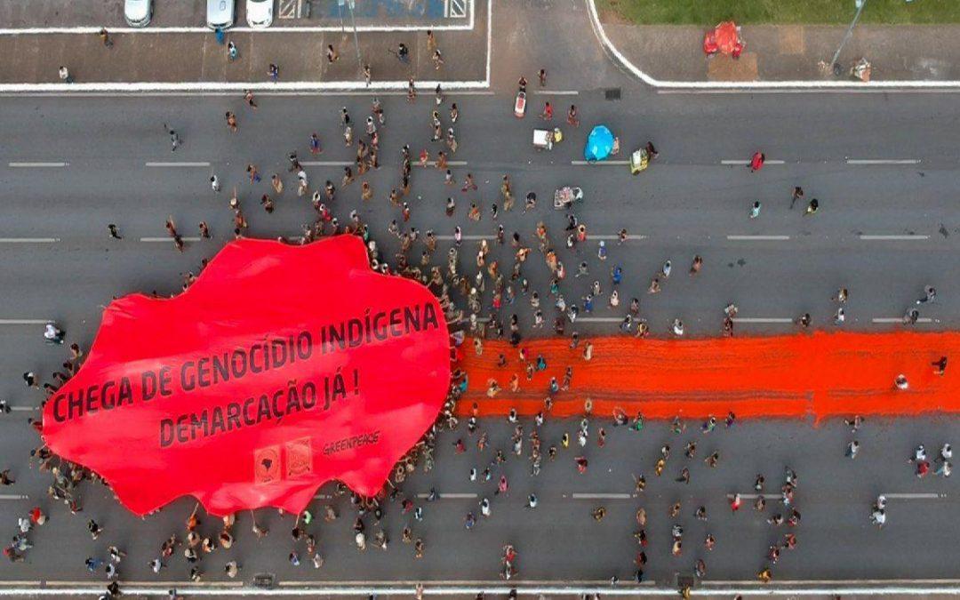 """Em protesto contra o genocídio, mais de 3.000 indígenas deixam rastro de """"sangue"""" na Esplanada"""