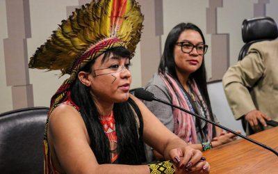 """""""Negociar nosso território é negociar nossas vidas"""", Célia Xakriabá durante fala no Senado Federal no Dia Internacional dos Povos Indígenas"""