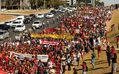 Brasilia est recouverte de couleur urucum par 3 000 femmes indigènes