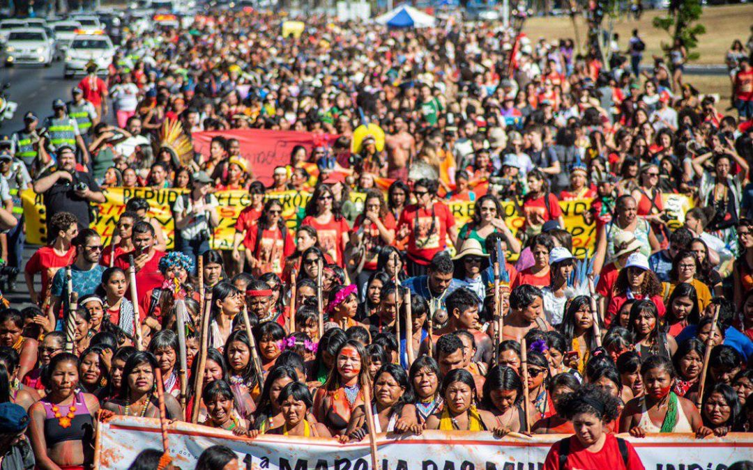 Brasília é colorida de urucum por 3 mil mulheres indígenas em protesto pelos seus direitos