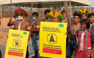 Kayapó bloqueiam BR-163 para reivindicar apoio para proteger floresta e são acionados na justiça pelo governo