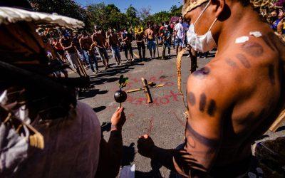 Bolsonaristas e ruralistas aprovam projeto que abre caminho a novo genocídio indígena