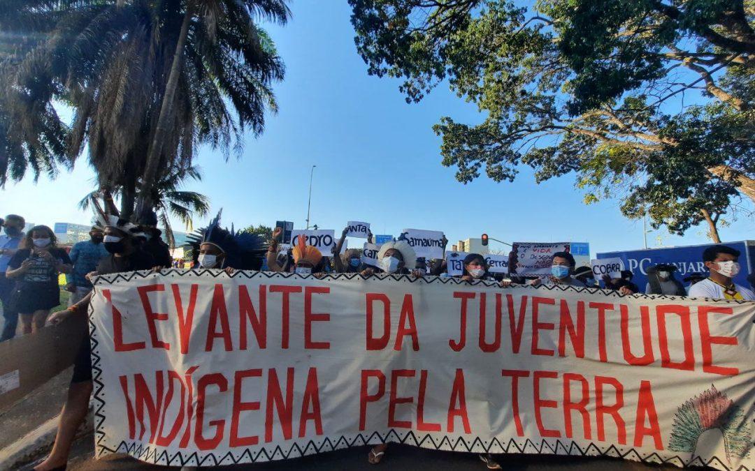 Juventude indígena protesta no MMA e povos indígenas iniciam vigília no STF, em Brasília