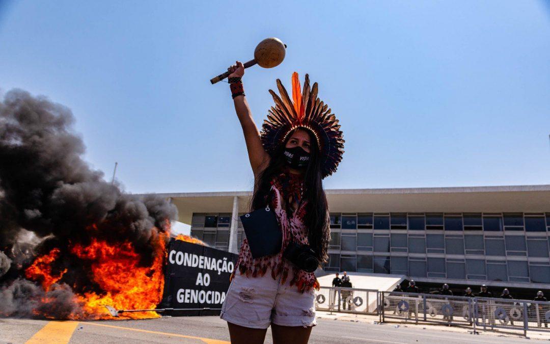 Em ato simbólico, povos indígenas denunciam agenda anti-indígena do governo federal e do Congresso