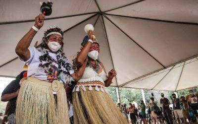 Participantes da II Marcha das Mulheres Indígenas acompanham julgamento do 'marco temporal', na Funarte